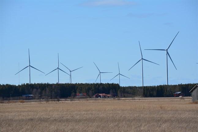 Eftersom de anvisningar som gäller i dag leder till alltför korta skyddsavstånd mellan vindkraftverk och bosättning måste anvisningarna om bullermodellering utan dröjsmål korrigeras, anser Kalevi Nikula i sitt debattinlägg.
