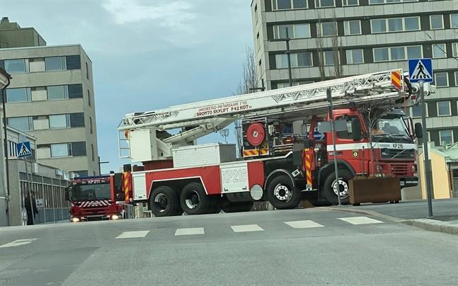 De övande branmännen tvingades backa fram och tillbaka tre gånger innan de kom igenom korsningen Köpmansgatan/Storgatan utan att välta trafikmärkena.