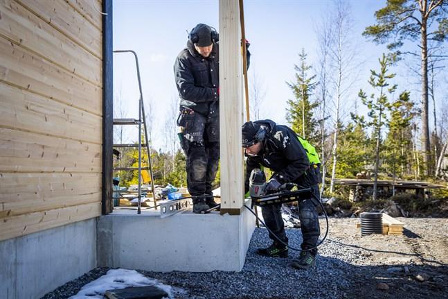 Johan Källberg och Patrik Bergvik på Aveo Bygg-Rakennus tycker företaget har haft mycket jobb och projekt de senaste veckorna, trots coronapandemin.