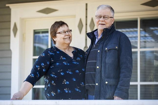 Ruth och John Fors är lyckliga och friska tillbaka hemma i Vörå. John, som vårdats för covid-19, hann till och med hem tidigare än Ruth, som försattes i två veckors karantän i Mariehamn.