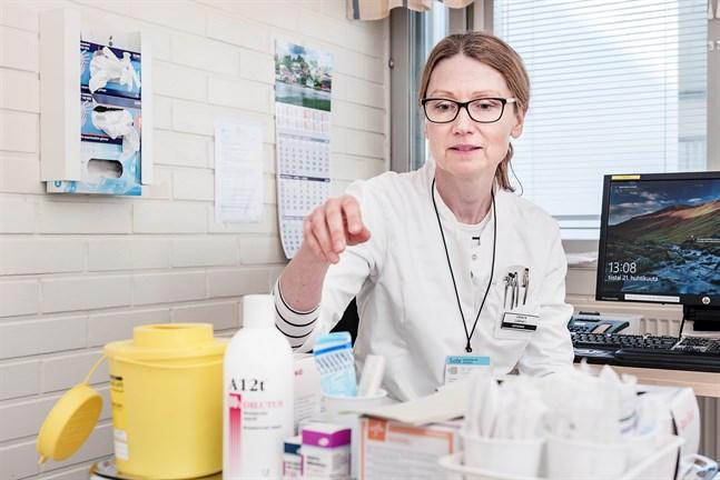 Johanna Gripenberg, smittskyddsläkare i Jakobstad, säger att alla måste nu hjälpas åt för att få bukt med smittan.