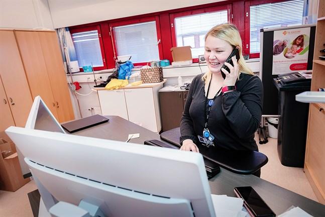 Smittskyddsskötare Suvi Rekilä jobbar med smittspårning och talar mycket i telefon i dessa tider. En bra intervjuteknik är viktig, konstaterar hon.