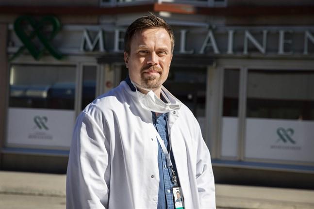 Tuomas Nyrhilä, anestesiolog och företagsläkare uppmanar folk att inte tveka uppsöka läkare. Den som inte vill göra ett traditionellt besök kan chatta via den digitala mottagningen.