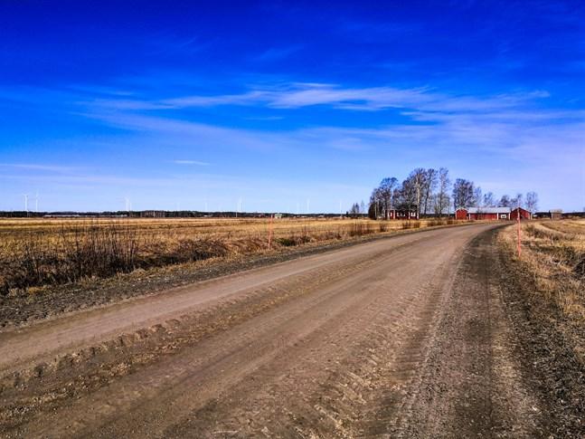 De österbottniska grusvägarna är i bra skick för tillfället. Menföret ser ut att bli lindrigt i vår. Bilden är från Övermark.