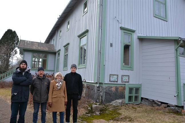 Plåttaket på prästgårdsmuseet i Korsnäs är rostigt. Nu ska det sodablästras och målas, konstaterar Pontus Westmalm, Guy Kronqvist, Anita Ismark och Janne Heikkilä i museiföreningens styrelse.