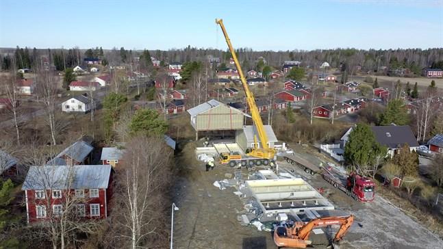 Vörå kommun vill öka intresset för att slå ner bopålarna i Vörå. Under våren byggdes parhus i Vörå centrum.
