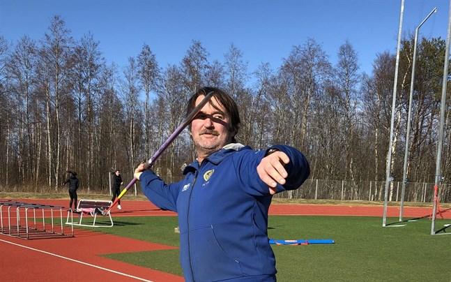 Under sin aktiva karriär kastade Peter Björkroth 73,84 meter.