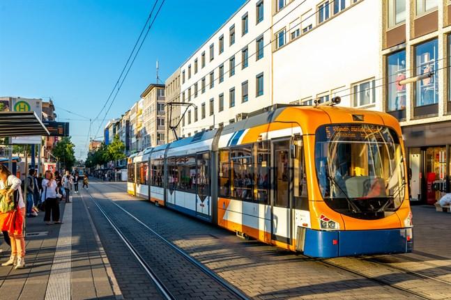 Duospårvagnar finns särskilt i Tyskland. Nyligen har motsvarande vagnar börjat trafiker i danska Århus och brittiska Sheffield.