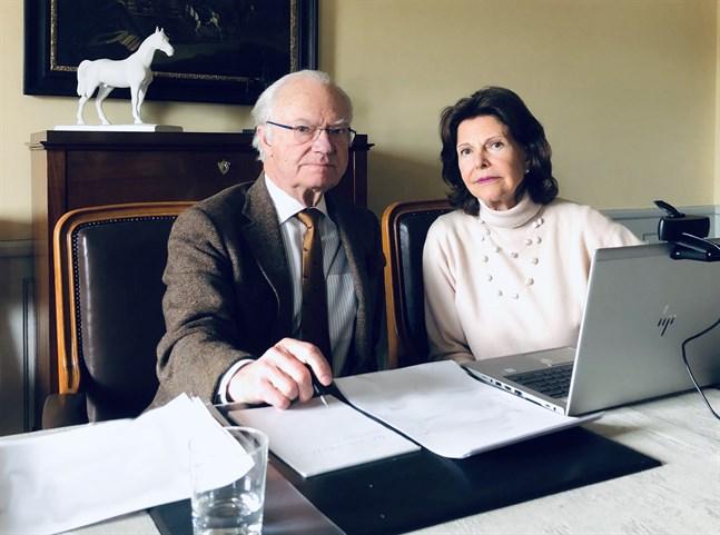 Det blir inget kungligt besök i Nykarleby och Karleby i september. Här är kungen och drottningen fotograferade på Stenhammars slott i Södermanland, där de befunnit sig sedan virusutbrottet.