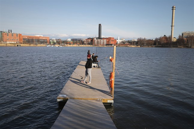 Fiskebryggan i Metviken, Vasa, med Wärtsilä i bakgrunden.