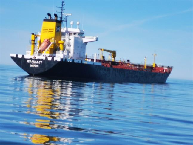 Seamullet ligger kvar utanför Kristinestad lastad med dieselolja, tillstånd för att lagra oljan i Kanäs saknas ännu.