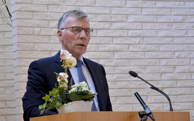 Den 15 juni ska vi kunna välja en förhoppningsvis mycket bra stadsdirektör, sa styrelseordförande Olav Sjögård. Ansökningstiden förlängs till och med den 12 maj.