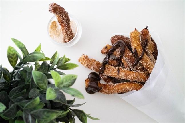 Gör som spanjorerna och servera churros varma tillsammans med chokladsås att doppa stängerna i.