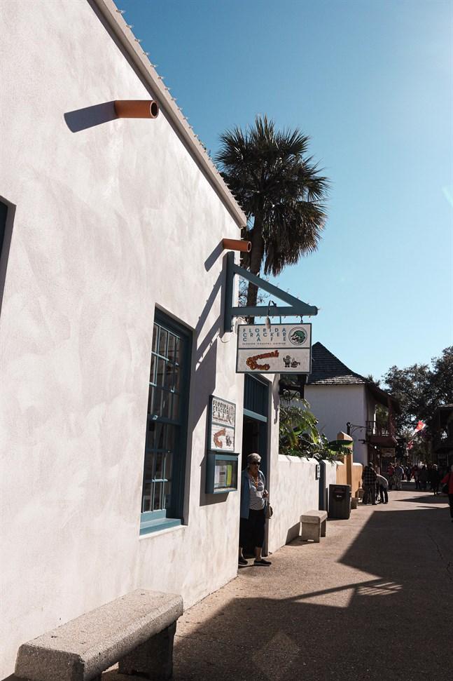Mitt i det historiska distriktet finns Florida Cracker Café som serverar färsk fisk och traditionell amerikansk mat.