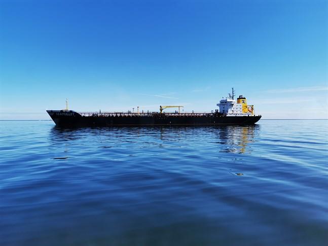 Oljetankern Seamullet har legat utanför Kristinestad sedan påskaftonen.