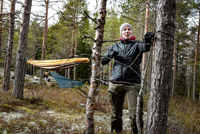Ibland behöver man inte ett tält. Enligt Ulrika Fellman kan det räcka bra med sovsäck, myggskydd och något att ligga på – till exempel en hängmatta med ett liggunderlag.