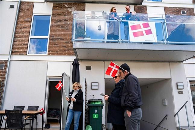 En stor del av den danska exporten består av livsmedel som inte påverkas av coronakrisen på samma sätt som den teknologitunga exporten från Sverige och Finland, skriver Kjell Skoglund. Danskarna firade drottning Margrethes 80-årsdag nyligen med allsång på distans.