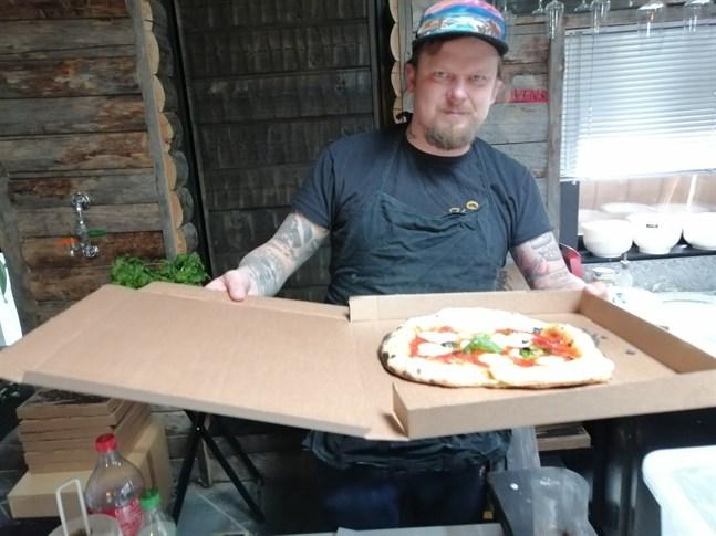 Johannes Ylinen hade länge bakat pizzor åt sina vänner. Då coronakrisen slog till började han sälja dem från sitt hem och beställningarna har strömmat in.