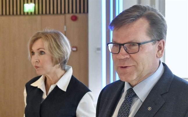 Investeraren Leena Niemistö och Keskos koncernchef Mikko Helander presenterade Finlands Näringslivs exitstrategi ur coronakrisen på onsdagen.