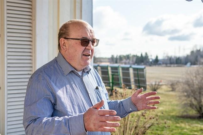 Mauritz Ketola är själv intresserad av förnyelsebara energiformer. I bakgrunden solfångarna som ger varmvatten.