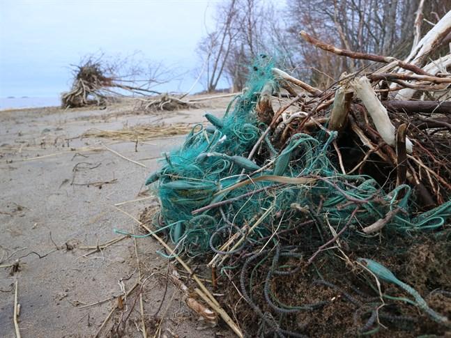 Spöknät, nät som förlorats då isen släppt eller stormen tagit kan göra stor skada i naturen och vara en fara för båtförare.