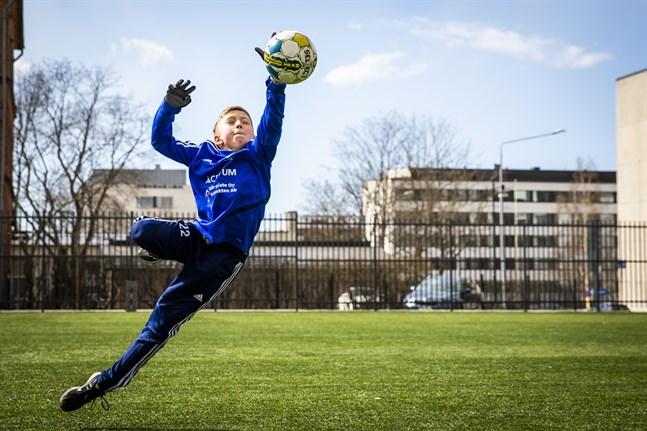 Cedric Mäkynen, nio år, är fotbollsmålvakt. Det betyder att han också får ta i bollen med händerna.