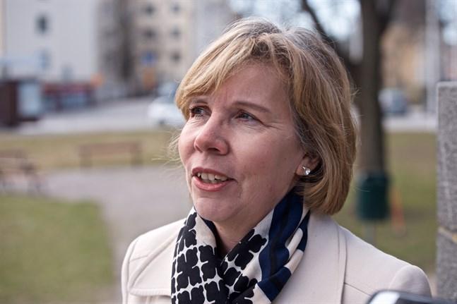 Anna-Maja Henriksson har delvis själv jobbat på distans från Jakobstad under coronavåren. Hon kommer inte att resa runt under semestern.