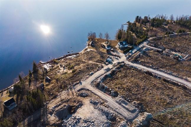 Strandnära tomter färdigställs vid Vikarholmen. Snart finns också möjlighet att bygga mer vid Storströmmen.