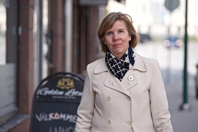 Anna-Maja Henriksson hoppas att Finnair förstår hur betydelsefull Karleby-Jakobstad flygplats är för regionens näringsliv.
