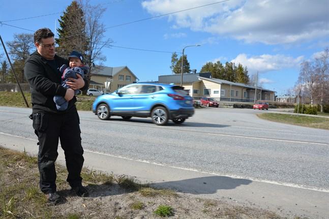 En lite mindre rondell skulle rymmas här och skulle styra upp trafiken från flera håll, anser Peter Sjökvist. Sonen Kevin är i dagvård i Skogsdungens daghem.