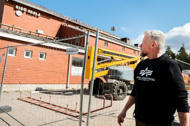 Renoveringen och utbyggnaden av Risö skola har ungefär ett halvår kvar. Att kombinera byggplats med restriktionerna om social distans kan ha sina utmaningar, tror rektor Kari Rönnqvist.
