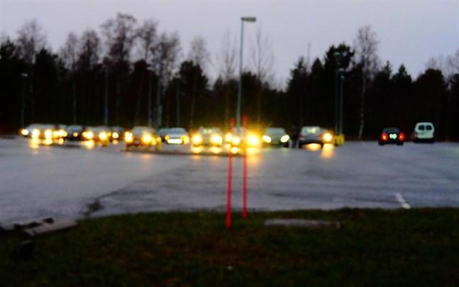 Bilparader och bilträffar fortsatte även på lördag kväll i Karleby.