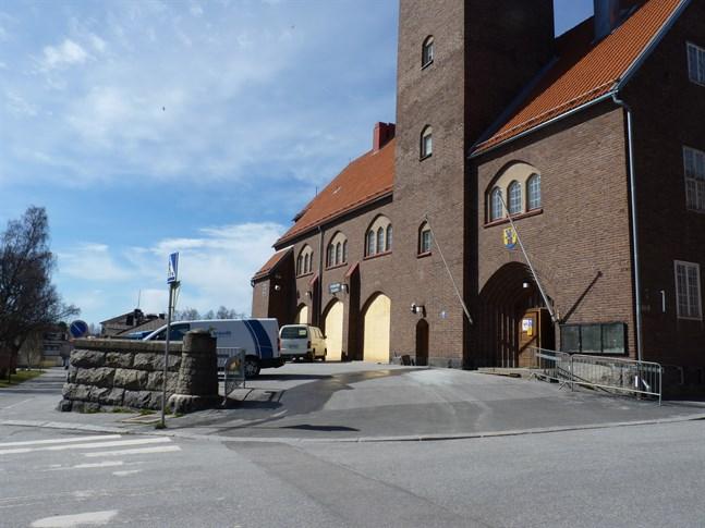 Delar av den gamla brandstationen i Jakobstad har städats ur. Den renoveras i lugn takt, men ägarna hoppas på en sommaröppning.