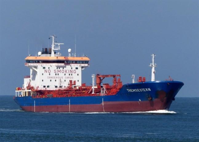 I början av maj såg det bra ut. Då var den här grundgående oljetankern, Themsestern, på väg till Kristinestad för att lastas med olja till Kanäs.