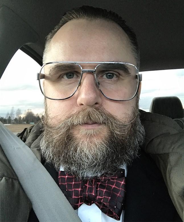 Joakim Hansson är bildkonstnär och curator verksam i Österbotten och internationellt.