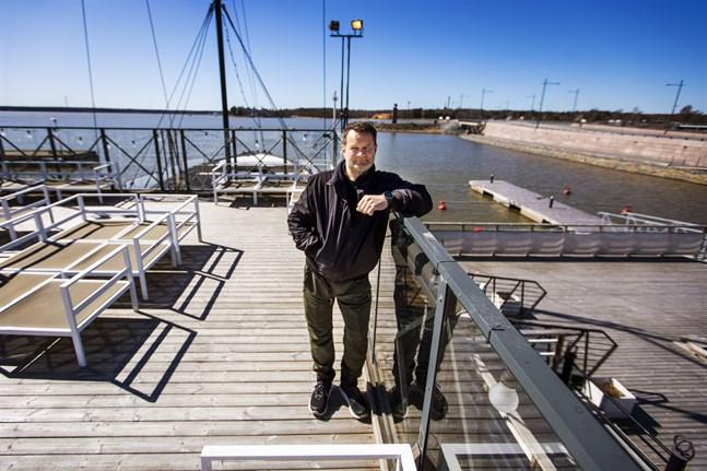 Michael Ekman, som driver Faros, behöver mera konkret information från regeringen för att kunna planera restaurangens sommarsäsong.