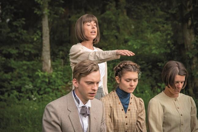 """Maria (Alexandra Mangs) välsignar Axel Sohlberg (Anders Karls), Heli (Agnes Bertell) och Anna Öhman (Lena Österberg) i en scen i pjäsen """"Under liten himmel"""" på Oravais Teater."""