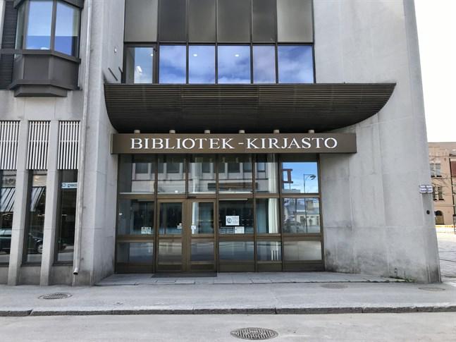 Det är ett galet beslut att stänga biblioteket i sommar, anser Minna Luomala.