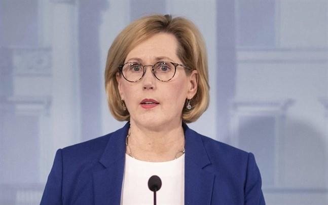 Arbetsminister Tuula Haatainen (SDP) presenterade statens stöd till restauranger och kaféer som tvingats hålla stängt på grund av coronaepidemin.