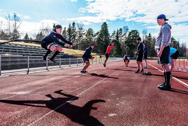 En rad ishockeyspelare tränade tillsammans vid Skogsvallen i Nykarleby i onsdags.
