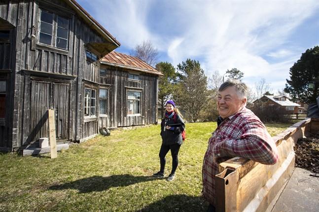 Hanna Ojutkangas och Bjarne Lindfors vid Lindfors mors hemgård.