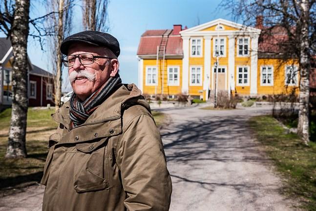 """Henry Nygård, docent i nordisk historia vid Åbo Akademi, har skrivit biografin """"Hygien, arv och svenskhet"""" om läkaren Woldemar Backman, bland annat uppvuxen på Juthbacka"""