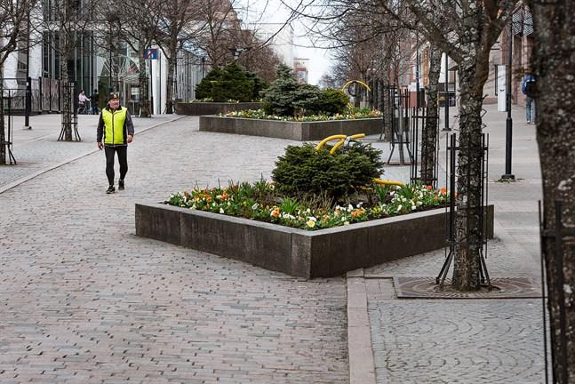 Kari Moilanen ute på gågatan i Karleby. 7.5.2020.