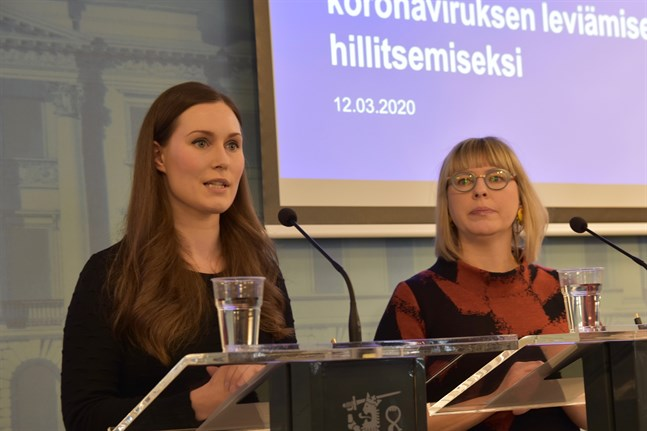 Social- och hälsovårdsminister Aino-Kaisa Pekonen (t.h.) har utsatts för en person som misstänks vara smittad av coronaviruset. Statsminister Sanna Marin (t.v.) beslöt att hela regeringen övergår till distansarbete.