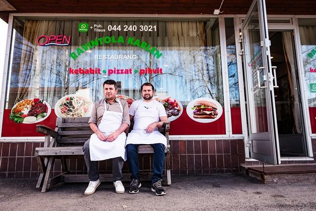 Bilal Göz och Ilker Karakaya hoppas att Nykarlebyborna ska hitta till deras restaurang, trots coronatider. Hittills har kebabrullar varit det som säljer bäst.