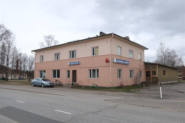 Meikerfastigheten ligger centralt i Kronoby centrum, men huset är i dåligt skick.