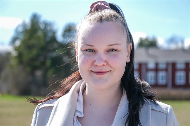 Fanny Hästbacka skulle gärna se att flera unga engagerade sig i politiken i Vörå.