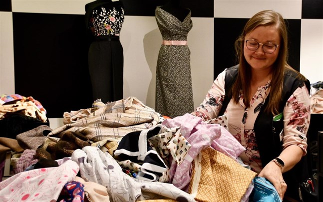Heidi Huttunen, biträdande butikschef vid Eurokangas i Helsingfors centrum, säger att de flesta kunder som ska sy egna munskydd vill ha granna och mönstrade tyger.