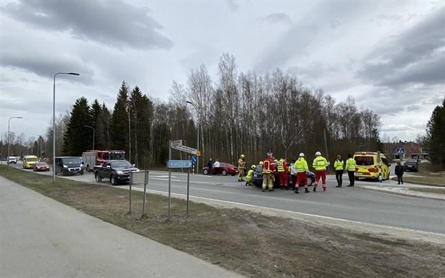 Krocken orsakade bilköer innan räddningspersonalen fick bort den ena personbilen ur korsningen.