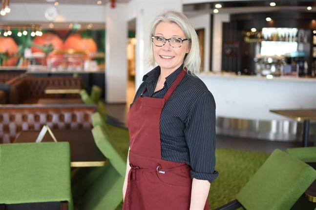 Att Närpes lyser rött på coronakartorna är delvis missvisande och märks inte i vardagen, anser Cisse Grönholm på Red&Green. Snarare är det mindre oro bland gästerna nu när alla vet vad som gäller.